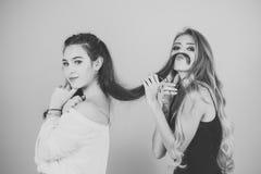 Парикмахерская Красивая девушка брюнет с стилем причёсок и составляет изолированный на белой предпосылке Женщины с ножницами отре Стоковое Изображение RF