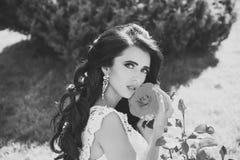 Парикмахерская Красивая девушка брюнет с стилем причёсок и составляет изолированный на белой предпосылке Невеста с длинными волос Стоковое Изображение RF