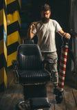 Парикмахеры работают для красивого парня на парикмахерской Ножницы парикмахера и парикмахерская прямой бритвы Мужской клиент стоковые фотографии rf