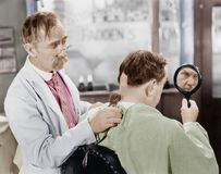Парикмахер брея с слишком много волос (все показанные люди более длинные живущие и никакое имущество не существует Гарантии поста Стоковая Фотография RF