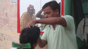 Парикмахер брея усик к местному индийскому человеку сток-видео