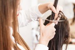 парикмахер волос вырезывания вручает женщину инструментов s Руки с гребнем и ножницами Стоковая Фотография RF