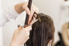 парикмахер волос вырезывания вручает женщину инструментов s Руки с гребнем и ножницами Стоковое Изображение