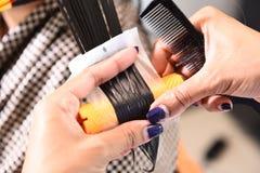 Парикмахер - волосы парикмахера завивая Стоковые Изображения RF