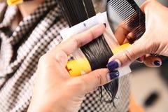 Парикмахер - волосы парикмахера завивая Стоковое фото RF