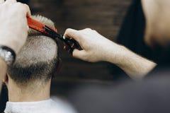 Парикмахер делая волосы в парикмахерской с ножницами стоковые изображения