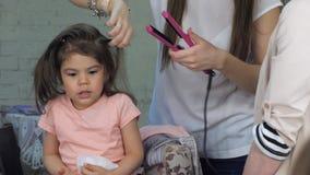 Парикмахер делая профессиональный стиль причёсок для ребенка в конце-вверх салона красоты сток-видео