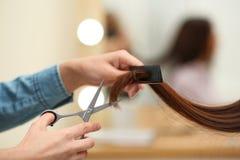Парикмахер делая стильную стрижку с профессиональными ножницами в салоне красоты стоковые фотографии rf