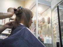 Парикмахер делая стрижку в салоне парикмахерских услуг парикмахер волос вырезывания вручает женщину инструментов s Индустрия крас Стоковая Фотография