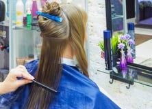 Парикмахер делая стрижку в салоне парикмахерских услуг парикмахер волос вырезывания вручает женщину инструментов s Индустрия крас Стоковые Фотографии RF