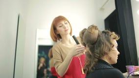 Парикмахер делает для того чтобы отрезать для женщины сток-видео