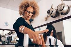Парикмахер женщины на работе в салоне Стоковая Фотография RF