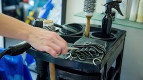 Парикмахер: инструменты парикмахера, лежа на черной таблице Конец-вверх видеоматериал