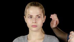 Парикмахер использует брызг фиксирования волос closeup сток-видео