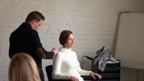 Парикмахер людей делая стиль причесок к девушке в салоне красоты акции видеоматериалы
