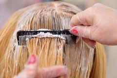 Парикмахер мажет краску на его волосах с гребнем, для co стоковое изображение rf