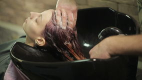 Парикмахер моет голову женщины сток-видео