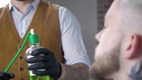 Парикмахер прикладывая лосьон после брить на клиентах шеи и замедленном движении стороны акции видеоматериалы