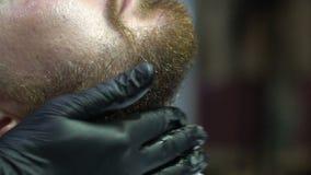 Парикмахер пропитывает гель для брить сток-видео