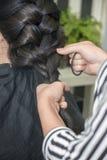 Парикмахер работая с красивыми волосами женщины в парикмахерские услуги sa Стоковые Изображения RF