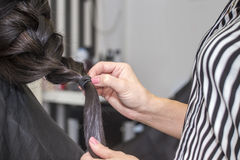 Парикмахер работая с красивыми волосами женщины в парикмахерские услуги sa Стоковые Фото