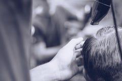 Парикмахер расчесывает клиента волос стоковая фотография rf