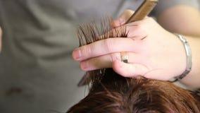 Парикмахер режа волосы женщины видеоматериал