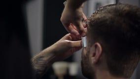 Парикмахер режет волосы в парикмахерскае движение медленное конец вверх сток-видео