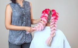 Парикмахер соткет оплетки с блондинкой розовых kanekalons красивой стоковое изображение rf