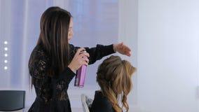 Парикмахер, стиль причёсок отделкой парикмахера для молодой милой женщины видеоматериал