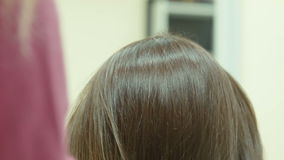 Парикмахер сушит волосы сток-видео