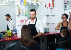 Парикмахер человека и клиент женщины стоковое изображение rf
