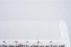 Парковать с зарядной станцией для электрических автомобилей в зиме Стоковые Изображения