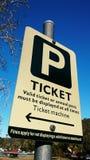 Парковать с знаком билета Стоковое Фото