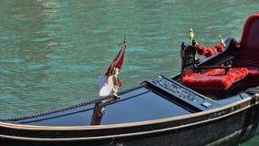 Парковать шлюпок гондолы Причаленная гондола, Венеция, Италия Итальянские шлюпки затвора гондолы состыковали в Венеции, венето, И Стоковое Изображение