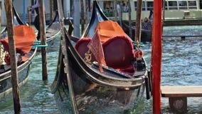 Парковать шлюпок гондолы Причаленная гондола, Венеция, Италия Итальянские шлюпки затвора гондолы состыковали в Венеции, венето, И Стоковое Изображение RF