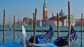Парковать шлюпок гондолы Причаленная гондола, Венеция, Италия Итальянские шлюпки затвора гондолы состыковали в Венеции, венето, И Стоковая Фотография