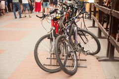 Парковка велосипеда в улице города стоковое изображение