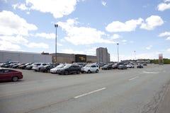 Парковка выходных вне торгового центра Mac Mic показывая главы и залив стоковые изображения rf