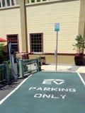 Парковка зарезервированная для электротранспортов пока поручающ стоковое фото