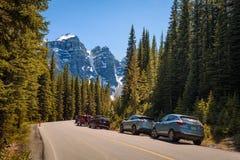 Парк автомобилей вдоль дороги к озеру морен в Канаде Стоковая Фотография RF