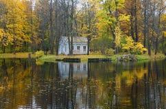 Парк Александра в Tsarskoe Selo, доме ` s детей и ` s детей Pond Стоковая Фотография RF