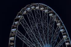 Парк атракционов вечером - ferris катят внутри движение стоковая фотография rf