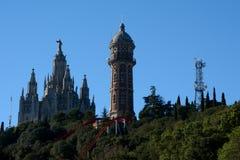 Парк атракционов и церковь на Tibidabo в Барселоне, Испании Стоковые Изображения
