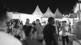 Парк атракционов на городе ночи сток-видео