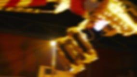 Парк атракционов на горожанах ночи имея нерезкость потехи defocused акции видеоматериалы