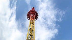 Парк атракционов, привлекательность со свободной башней падения сток-видео