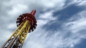 Парк атракционов, привлекательность со свободной башней падения акции видеоматериалы