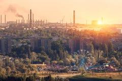Парк атракционов с колесом и сталелитейным заводом Ferris Стоковые Фото