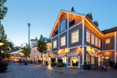 Парк атракционов Liseberg с ресторанами и магазинами вечер поздним летом Стоковое Фото